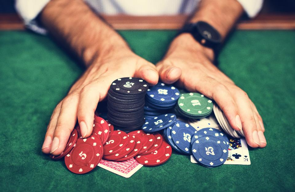 Top reasons why people are highly attracted towards online poker!